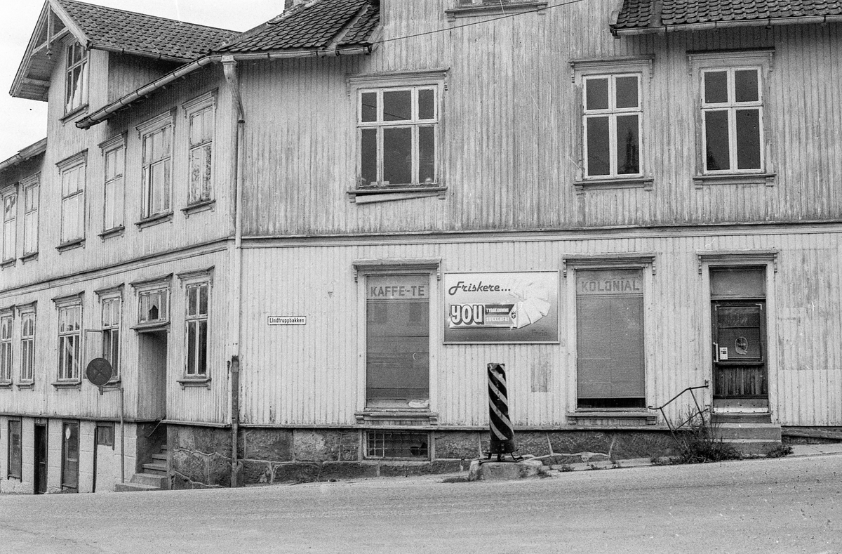 Gammel hjørnegård i tre i Lindtruppbakken i Drøbak.