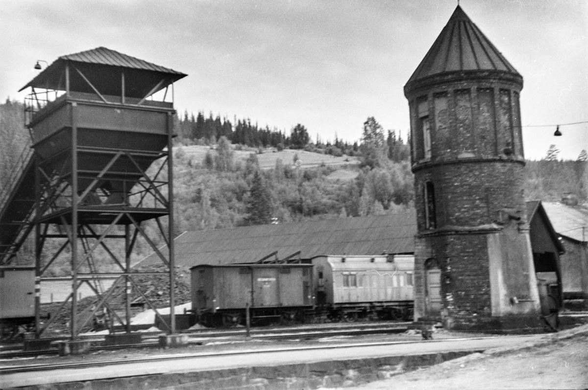 Vanntårnet på Ål stasjon. Til venstre kullingsanlegget.