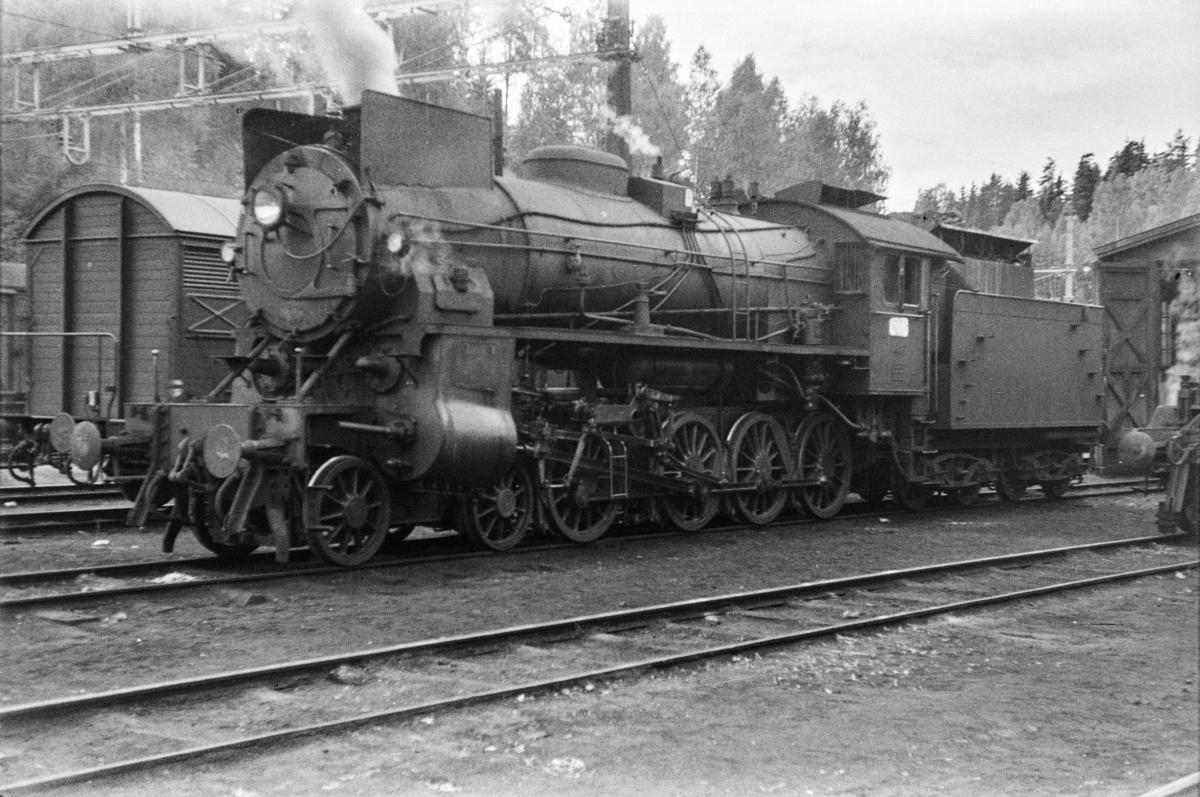 Damplokomotiv type 31b nr. 446 ved lokomotivstallen på Hønefoss stasjon.