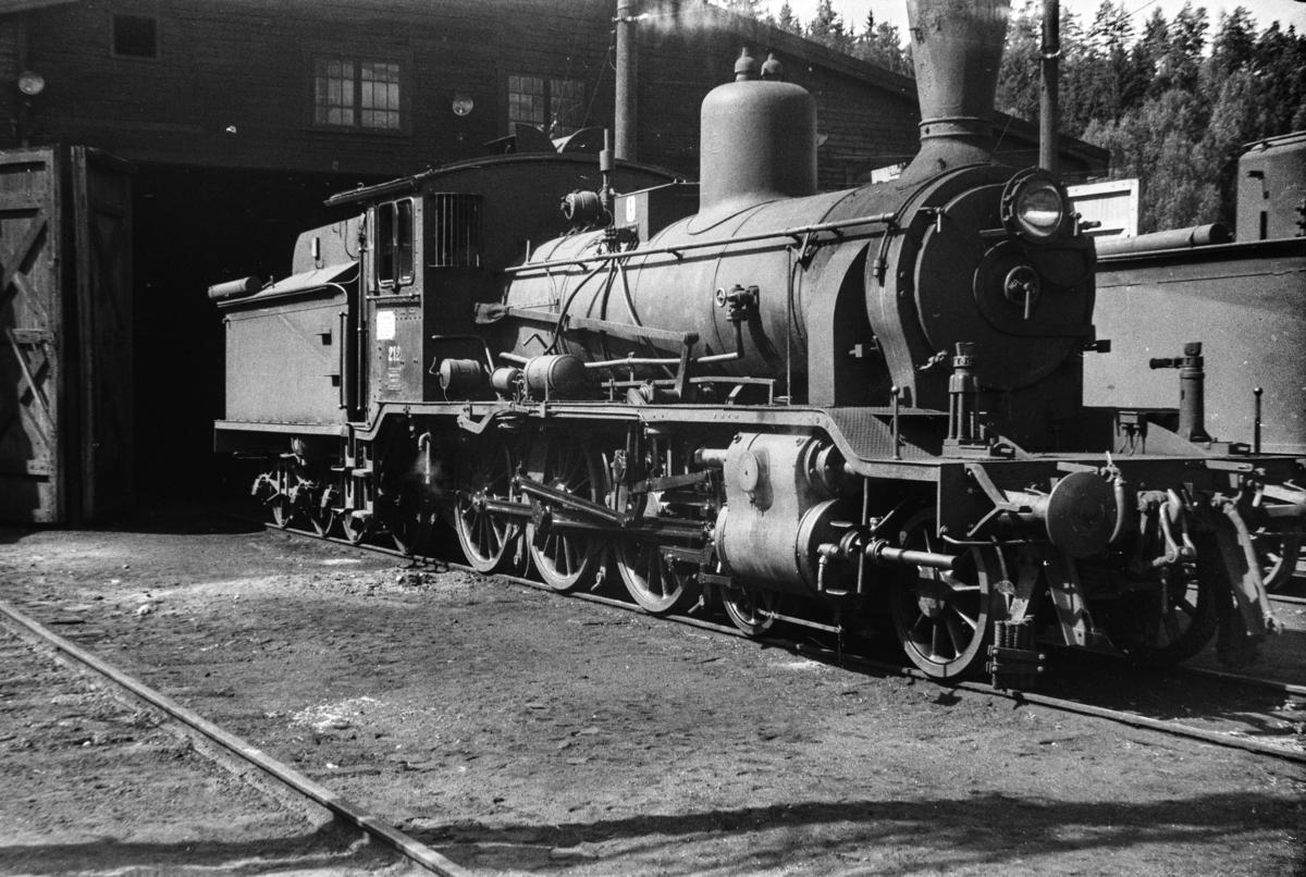 Damplokomotiv type 18c nr. 212 ved lokomotivstallen på Hønefoss stasjon.
