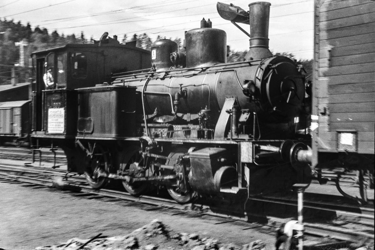 Damplokomotiv type 25a nr. 200 i skiftetjeneste på Hønefoss stasjon.