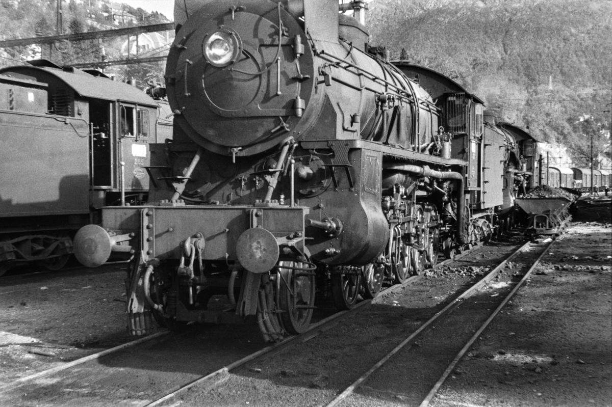 Damplokomotiv type 31b nr. 427 ved lokomotivstallen på Bergen stasjon. Trallebane med vagger for transport av kull til lokomotivene.