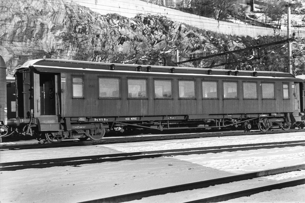 Personvogn litra Bo3c nr. 973 på Bergen stasjon.