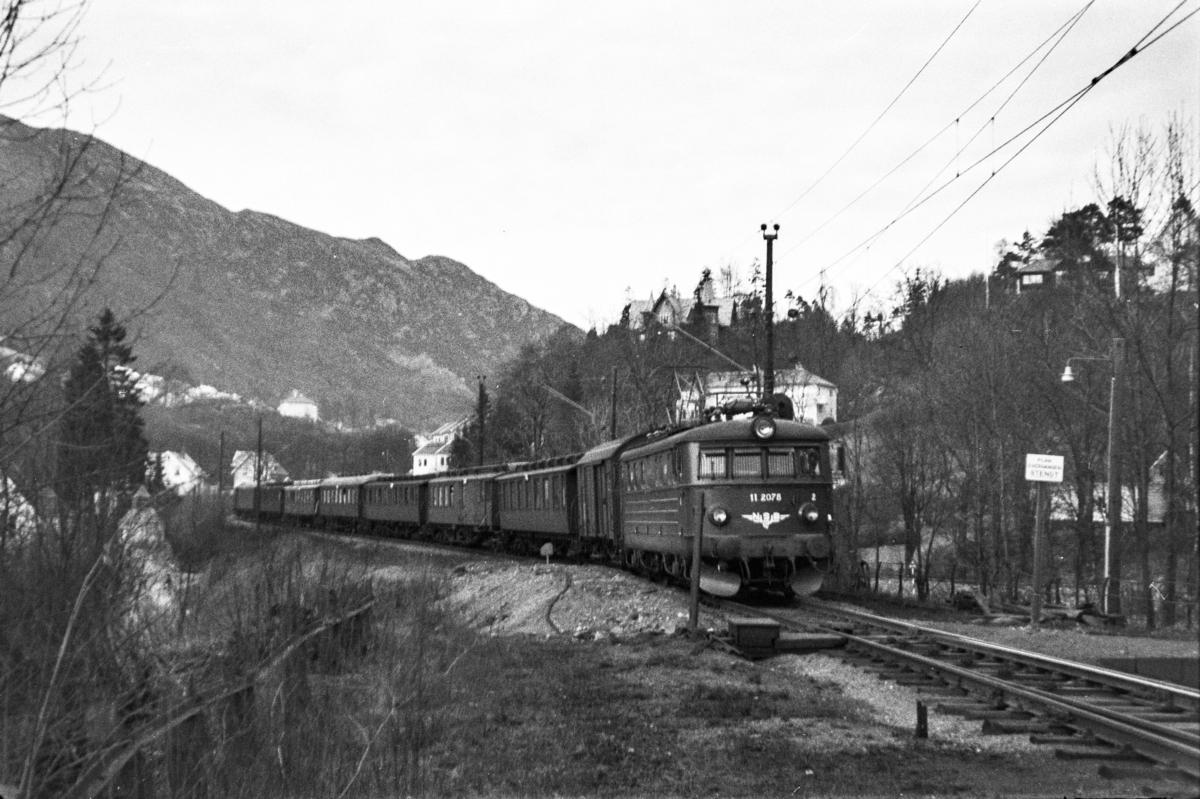 Elektrisk lokomotiv type El 11 nr. 2078 med tog fra Bergen til Myrdal, tog 616, ved Fjøsanger stasjon.