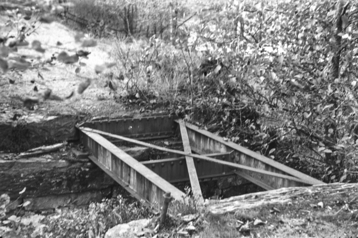 Langs nedlagde Nesttun-Osbanen. Bru ved Gåsakilen.