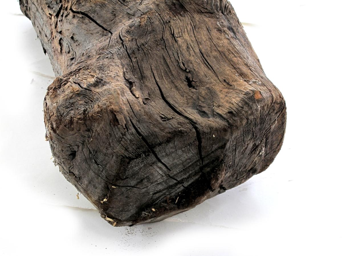 Fargetre, campuchetre, logwood.  k) Kubbe, rund stokk, hugget i begge ender. Litt uregelmessig i form.