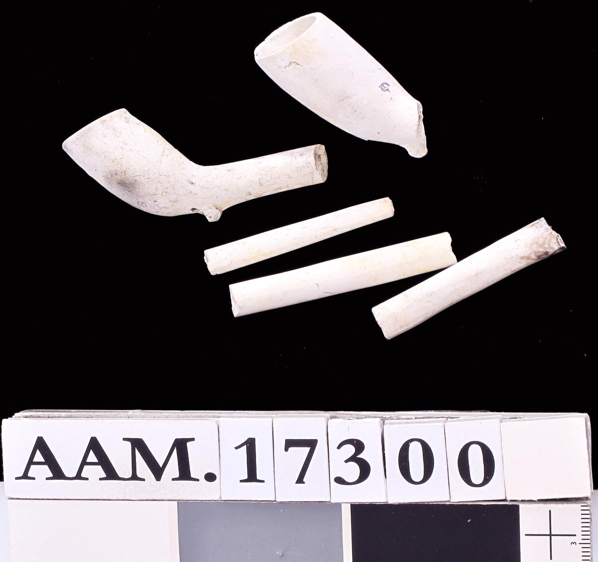 Krittpipedeler,   214 hoder merket   B, IB eller omvendt B  = Jacob Boy, Bragernes, Drammen   58 hoder med avslått merke eller  uten merke, engelsk type (kan være  Jacob Boy disse også).    12 deler til hollandske pipetyper, og  17 deler som hører til minst 3 forskjellige piper.      138   små deler av hoder, utem merker.        24   stk. stilker mellom 12,2 og 7 cm. + 1 med L. 7,3.   31  stk. 7 og 6 em.   52  stk. 6 og 5 cm.   128stk. 5 og 4 em.   158stk. 4 og 3 cm.  316stk. pipestilker mellom 3 og 2 cm. + 1 med L. 2,8.   75stk. under 2 cm.   6 korrosjonsklumper med pipestilker i.    1 lite stk. snodd stilk. L. 5,6. Diam. 0,7.(G 105 5).   3 stk. stilker. L. 3.5. 2989 297. IG 1419).