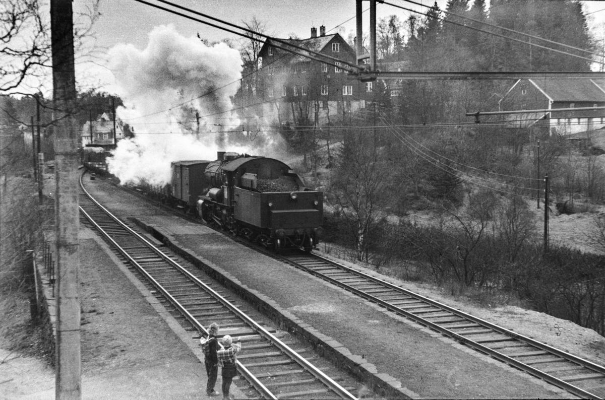 Damplokomotiv type 33a nr. 300 med kipptog på Fjøsanger stasjon.