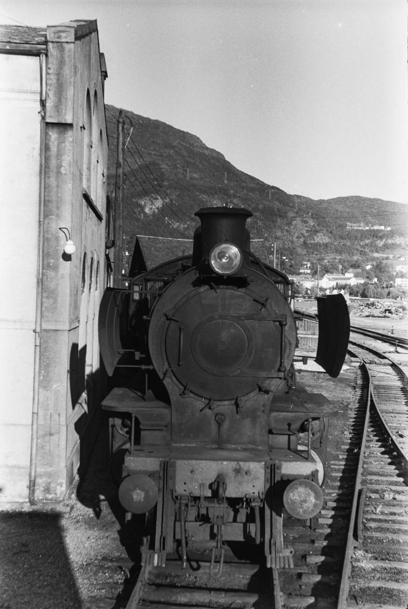 Utrangert damplokomotiv type 28b nr. 161 på Sjøsporet ved lokomotivstallen på Bergen stasjon.