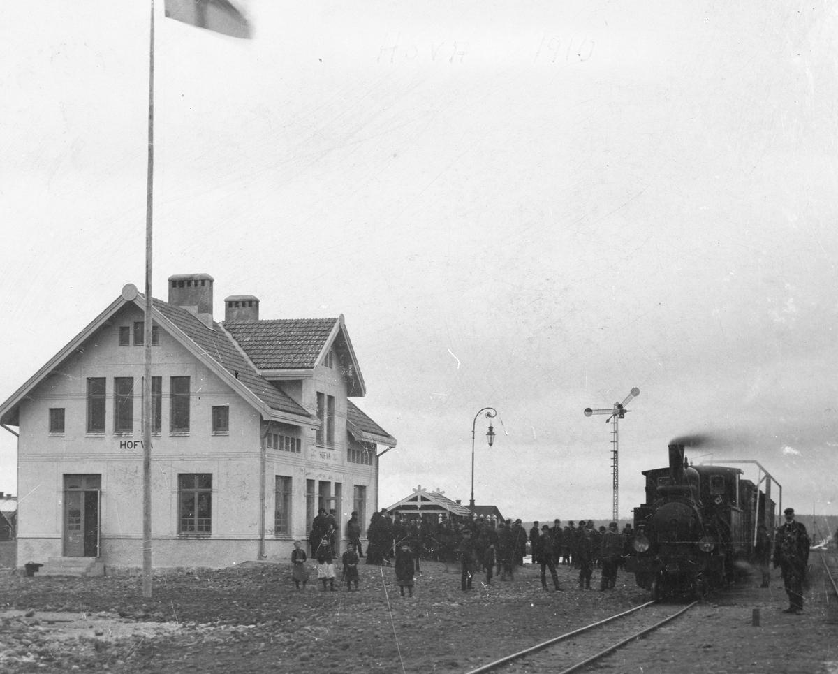 Hova station Station anlagd 1910. En och en halvvånings putsat stationshus. 1941 - 42 tillbyggdes två flyglar.