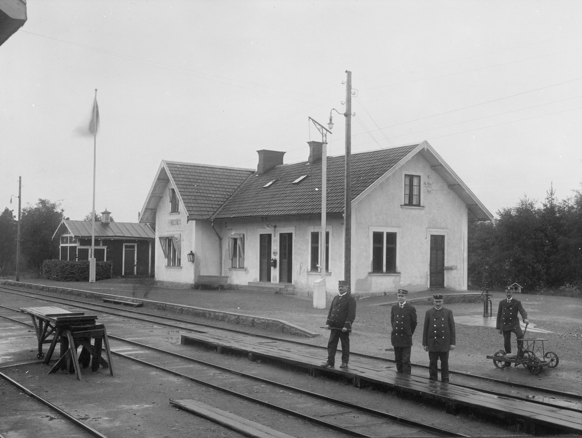En skara järnvägstjänstemän poserar vid stationen i Ingelstad.