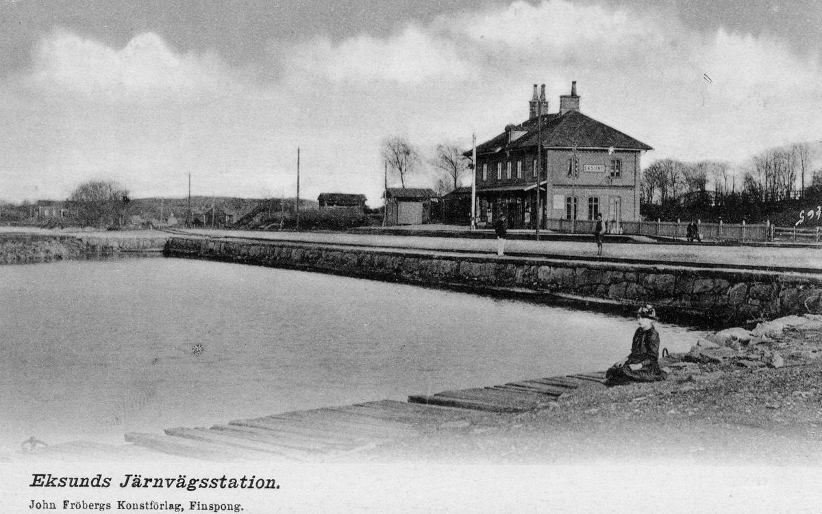 Järnvägsstation i Eksund. Öppnad för trafik 1872. Stationshuset anlagd 1906. Vid järnvägsspåret mellan Norrköping och Linköping. Eldrift kom på denna bandel 1932