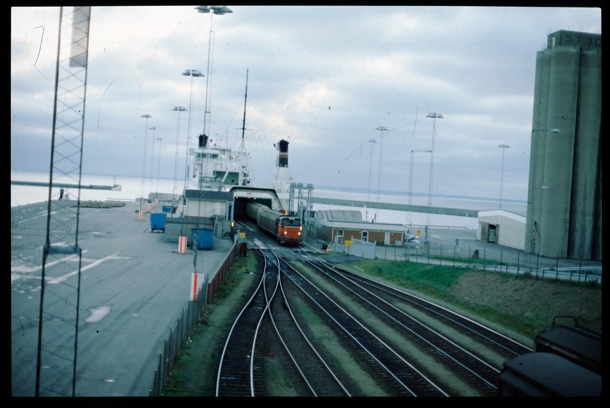 Bilden visar ett SJ V5 lok som dra av godsvagnar från den danska DanLink färjan Trekroner vid Helsingborgs Västhamn. Godstrafiken över Sundet gick denna väg mellan 1987 och 2000.