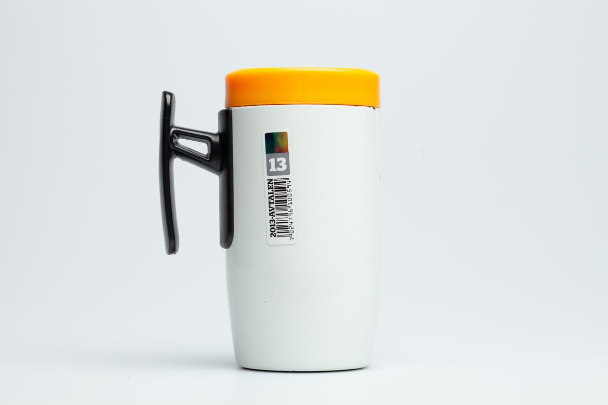 En hvit Statoilkopp med sort hank. Statoillogo i oransje på koppen. På en etikett på koppen er en Statoillogo, en strekkode og tallet 13.