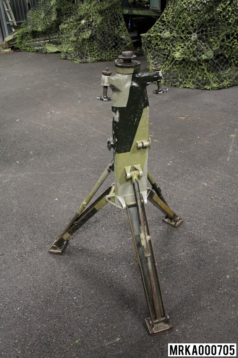 Stativ med tre nedfällbara ben. Används för att bära upp eldledningsutrustning ARTE 728.  Anläggning 19.