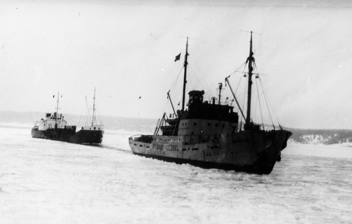 To motorskip på åpent hav