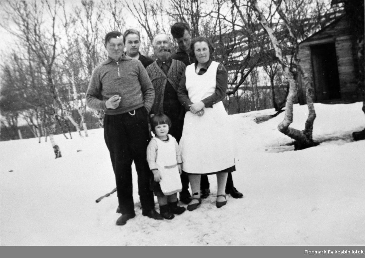 Gruppebilde. Bildeserien FBib.18017-001-018 har tilhørt Gerd Lund Barbala fra Friarfjord. I notatene står det at dette muligens kan være Fikse-familien, fotografert i Ifjord.