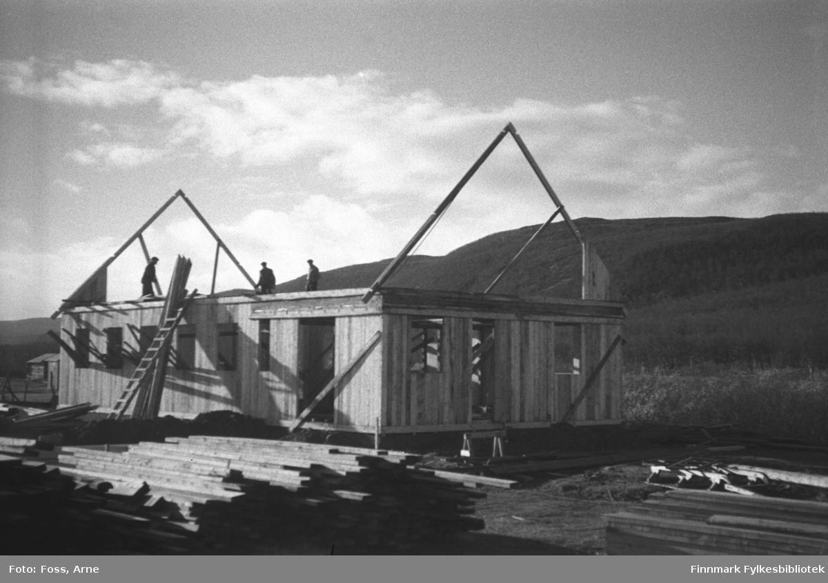 Et gjenreisningshus under oppbygging i Tanadalen, oktober 1946.