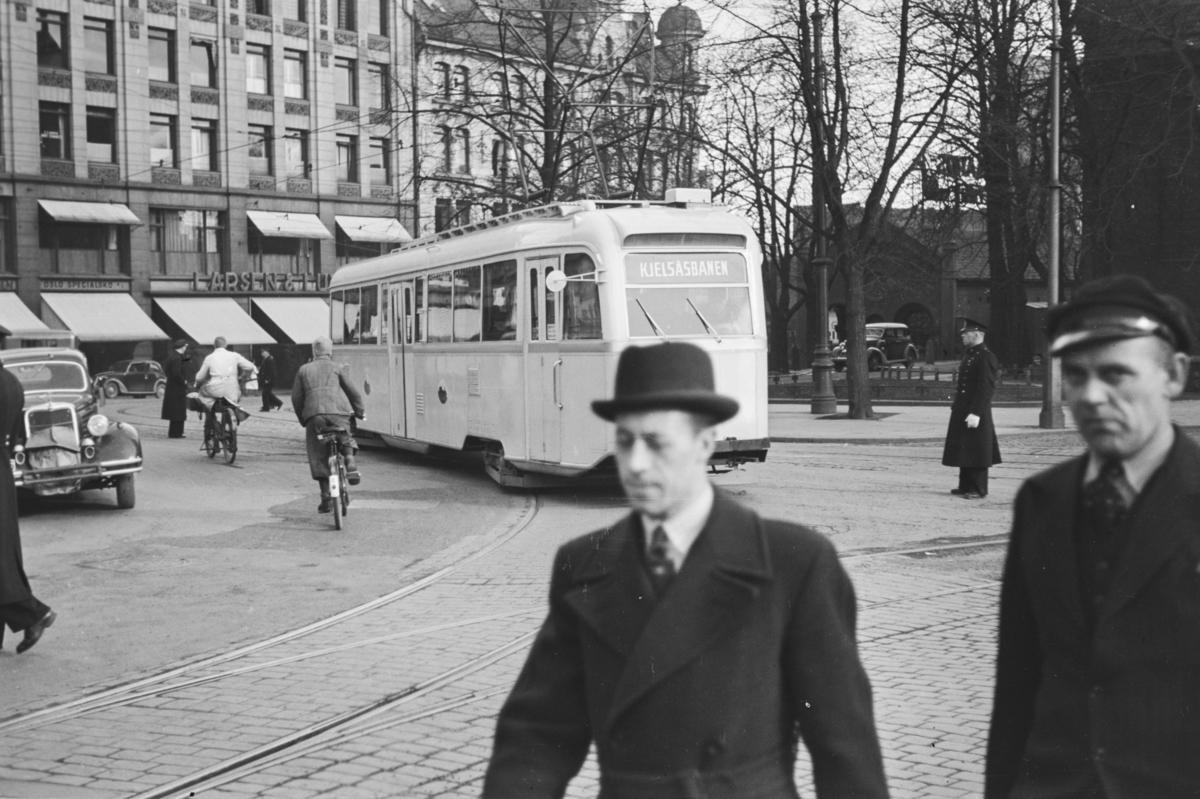 """Sporvogn type """"Gullfisk"""" i rute på Kjelsåsbanen på Stortorget i Oslo."""