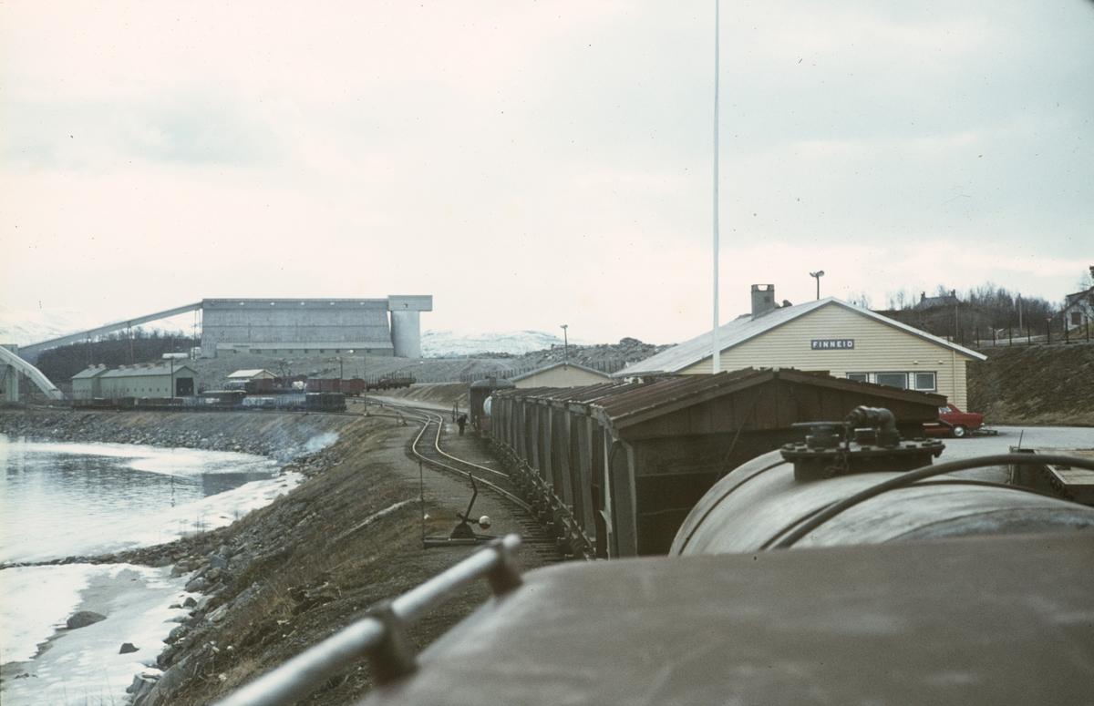 Utsikt fra lokomotivet på Sulitjelmabanen før avgang fra Finneid til Lomi.