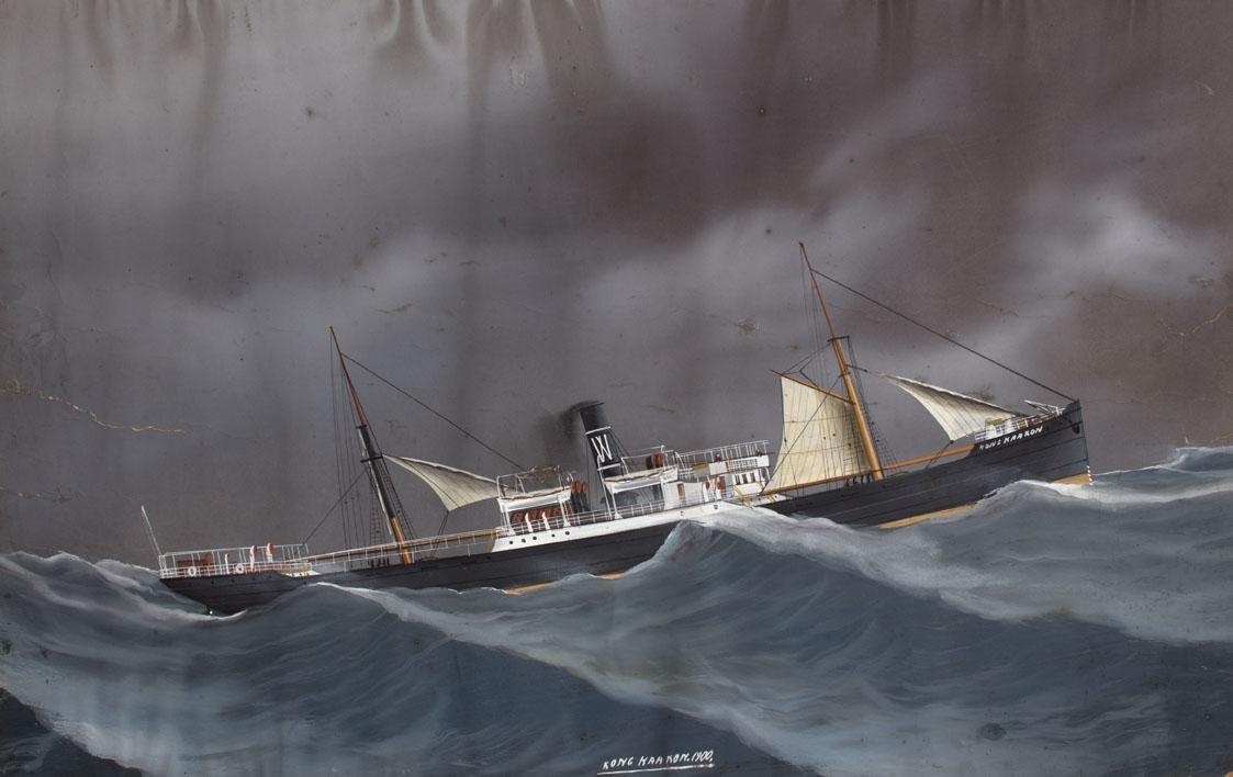 Skipsportrett av DS KONG HAAKON under fart i grov sjø med seilføring. Fører ingen flagg eller vimpel men har skorsteinsmerke til H. M. Wrangel fra Haugesund.