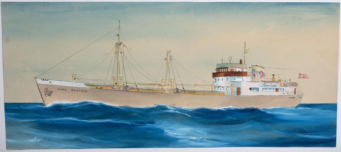 Skipsportrett av MS ARNE PRESTHUS under fart i åpen sjø. Fører norsk flagg i akter. Skipsnavnet er stavet ARNE RESTHUS men skal være ARNE PRESTHUS.
