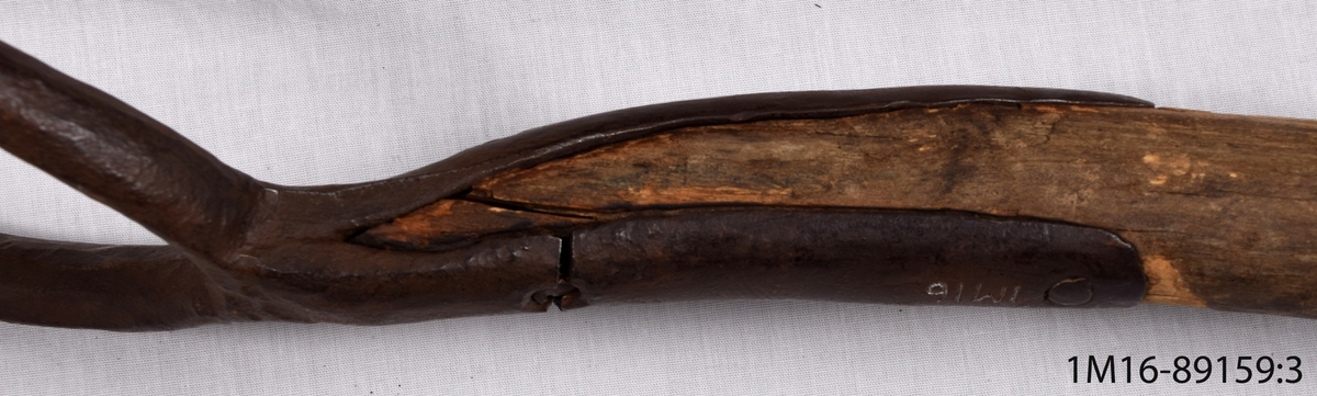 Högaffel av järn med skaft av trä.