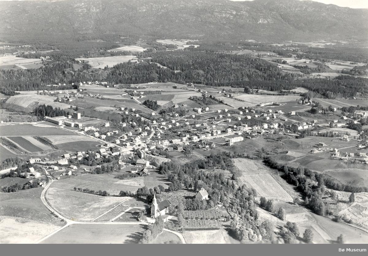 Flyfoto av Bøhaugen med kyrkjene og Midt-Bø gardane