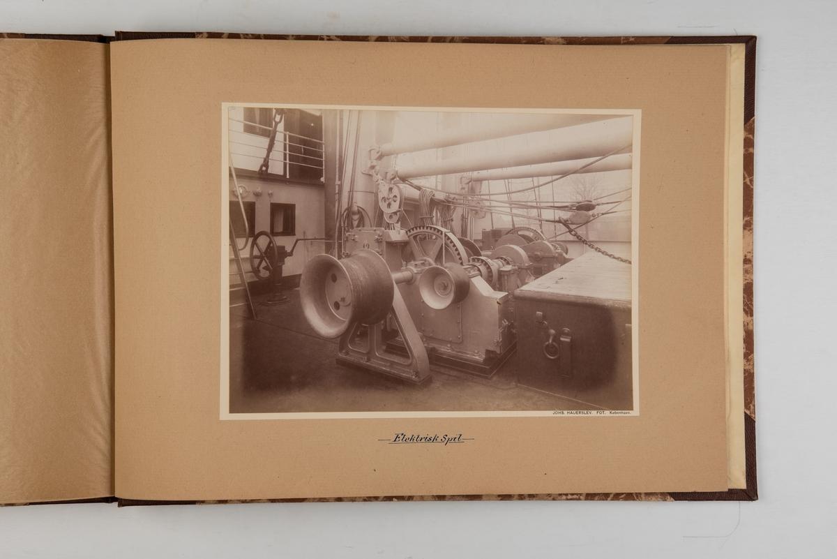 Album med fotografier av M/S 'Selandia' (b.1912 og skipets interiør og maskinrom