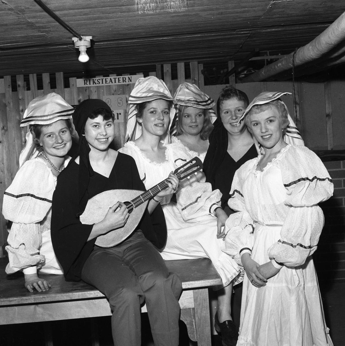 Lokalrevyn 1959 En lutspelare omgiven av vackra damer Från vänster: Mona Jansson, Berit Österberg, okänd, okänd, okänd och Ann-Sofie Zetterberg. Bilden är tagen i källaren under Folkan/Medborgarhuset