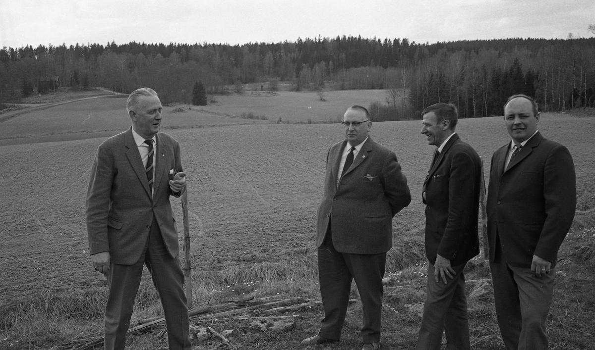 """SMK. Här är platsen för motocrossbanan! Från vänster: Alvar Schlegel, Nils Lindgren (kallad """"Niklas i svängen""""), Elis Johansson och Sture Gustavsson. Kägleborgsbanan är på gång!"""