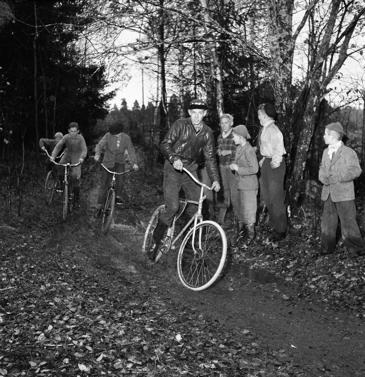 Cykelcross är den nya flugan för sportintresserade ungdomar. Här är det tävling i Fellingsbro mellan Kronorna från Arboga och hemmalaget Rövarna. Banan är 450 meter lång.