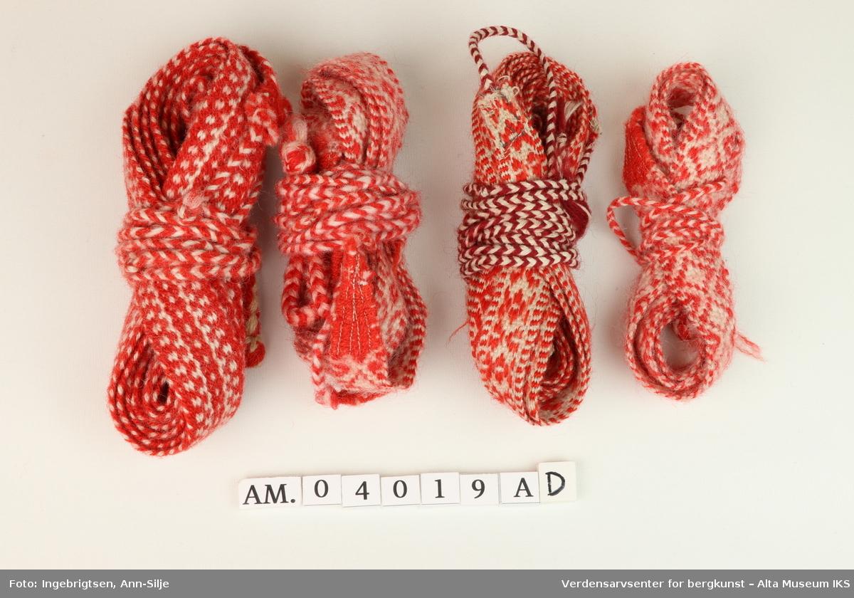 3 par og et enkelt komagebånd. Med mønster i rødt og hvitt.