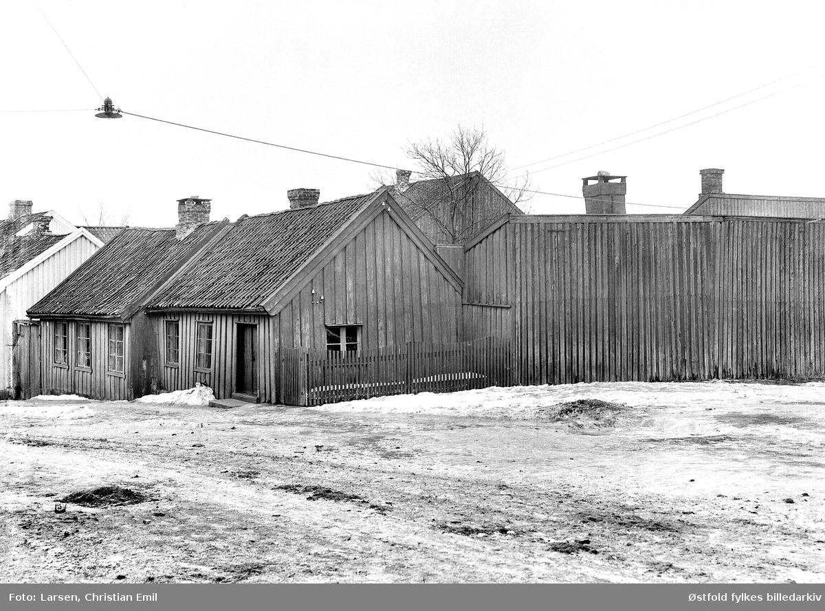 Glengsgata 16 i Sarpsborg med Aarslandsgården eller Aarslandsstua, i dag på Borgarsyssel Museum. Til høyre garver Jensens garveri. I starten var det høkeri i bygningen, deretter butikk, bygd i tre faser, lå på hjørnet av Glengsgata og Torsbekkgata  i Sarpsborg, flyttet til Borgarsyssel Museum i 1926.