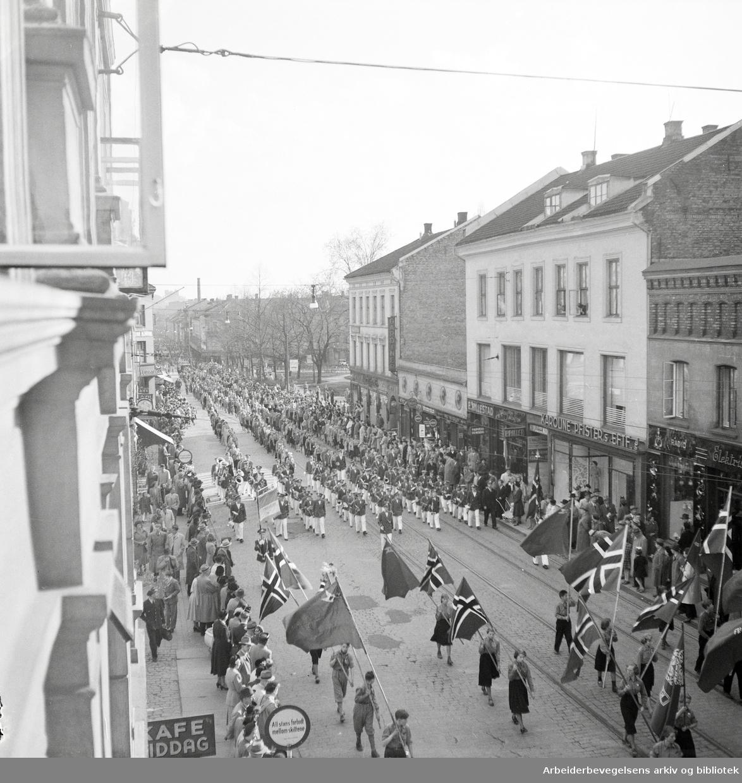 Oslo Framkrets. Framfylkingen arrangerer barnas 1. mai på Dælenenga 1952. Barnetoget i Thorvald Meyers gate. Flaggborg. Musikkorps.