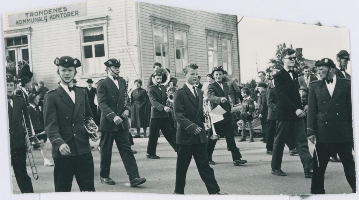 Harstad skoles musikkorps marsjerer ned Skolegata. Trondenes kommunes rådhus i bakgrunnen.