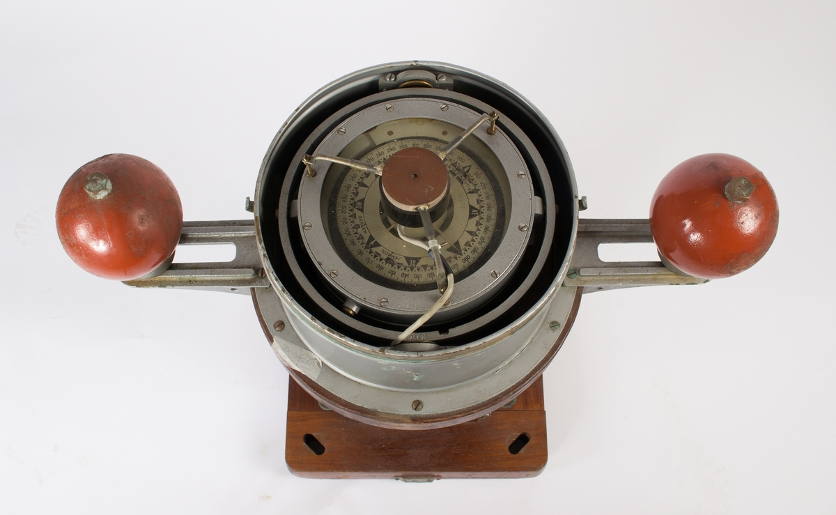 Natthus med luftkompass. Magnetskap i teak med to kvadrantkuler og elektrisk belysning. Kompasshusdeksel mangler