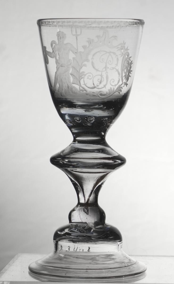 Gravert monogram GB [Gustavus Blom] i kartusj. Til venstre en sittende Neptun med fork og pengesekk. En smal gravert bord langs kanten. Gustavus Blom drev handel i Holmsbu og var avhengig av Neptuns luner.