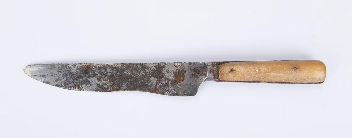 Kniv, bestikk-kniv, smørkniv i stål og ben. Knivbladet bredt og langt. Rustet, mye brukt, slitt.