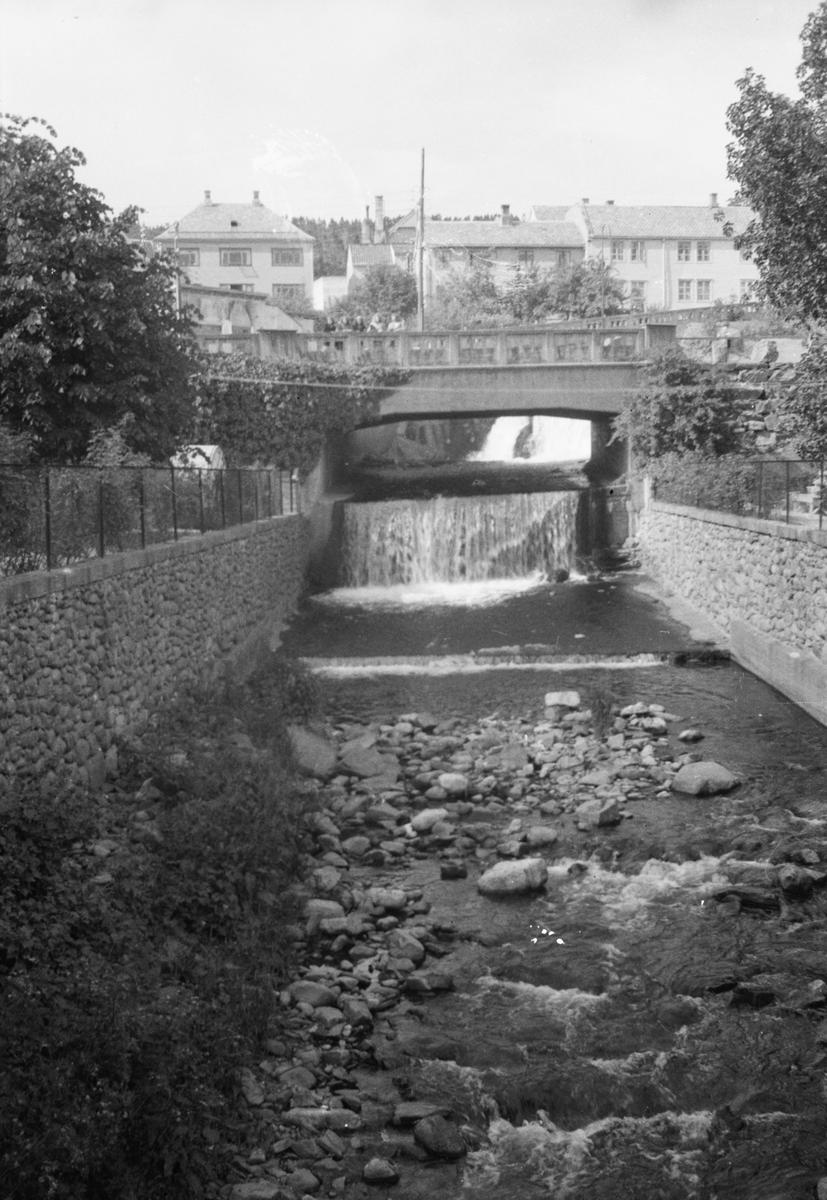 Motiv av elva som går gjennom Molde sentrum.