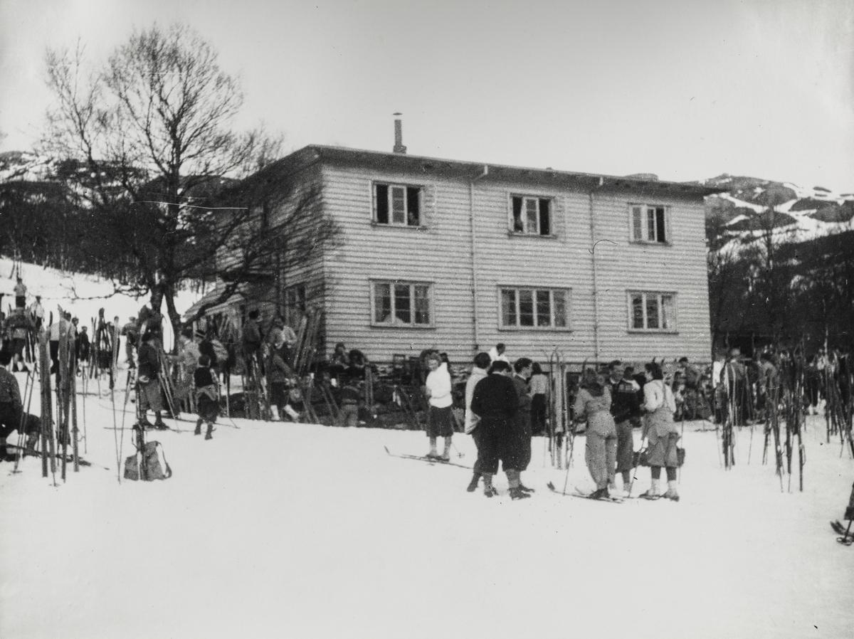 Haugesunds Turistforening utenfor foreningens hytte på Olalia, våren 1949.