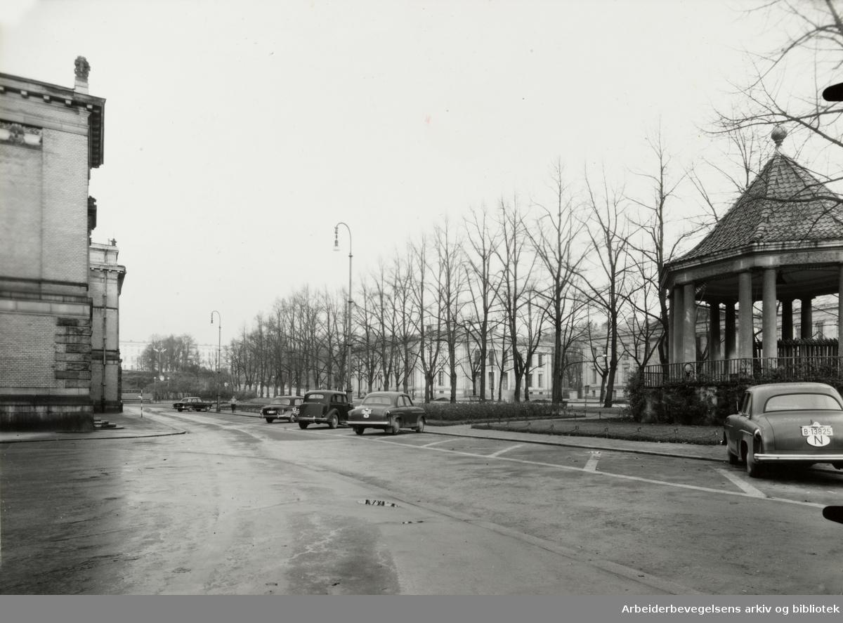 Studenterlunden. Parkeringsplass mellom Nationaltheatret og musikkpaviljongen. November 1954