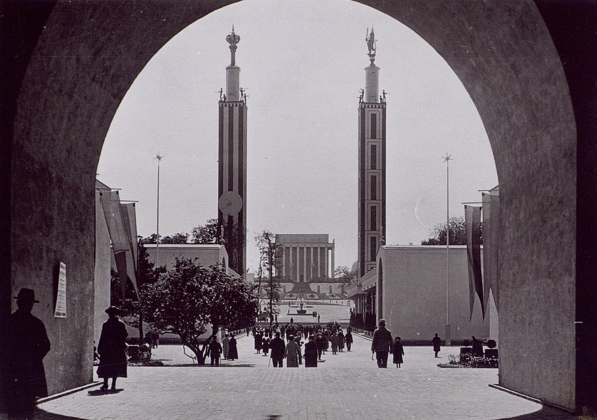 Utställningen var förlagd till området öster om Götaplatsen. Utställningsarkitekter var Arvid Bjerke och Sigfrid Ericson.