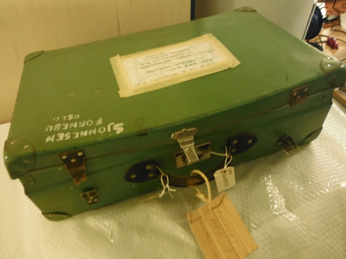Grønn koffert med uniformer