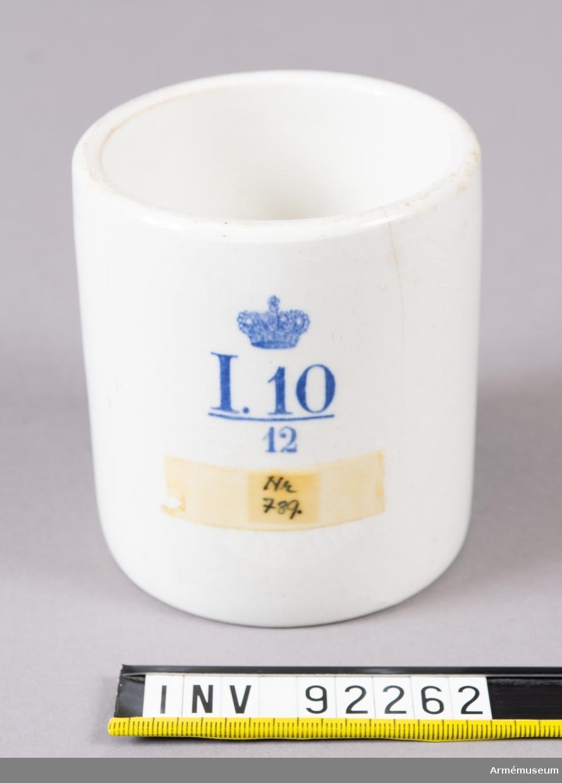 Mugg med raka kanter och utan öra. Märkt I 10 /12 under kunglig krona. (Södermanlands regemente)