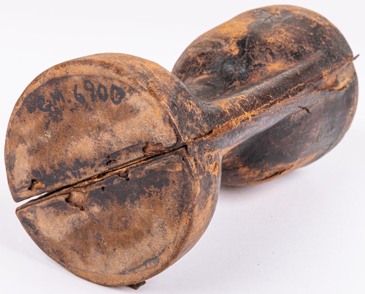 Fodral till sockenbudstyg, av trä, läderklätt. Öppnas i två längsgående hälfter. Troligen från 1700-talet.
