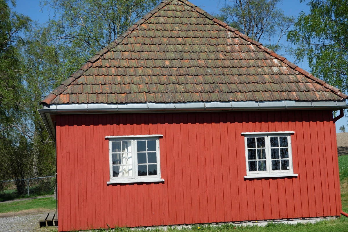 Gartnerbolig for Akershus landbruksskole, tegnet av Arnstein Arneberg ca. 1930. Flyttet i 1994.