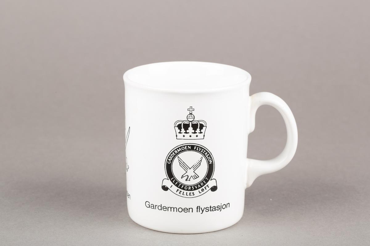 Krus med hank. Intendanturregimentet-logo. Velferden-logo. Kronet Gardermoen flystasjon-logo.