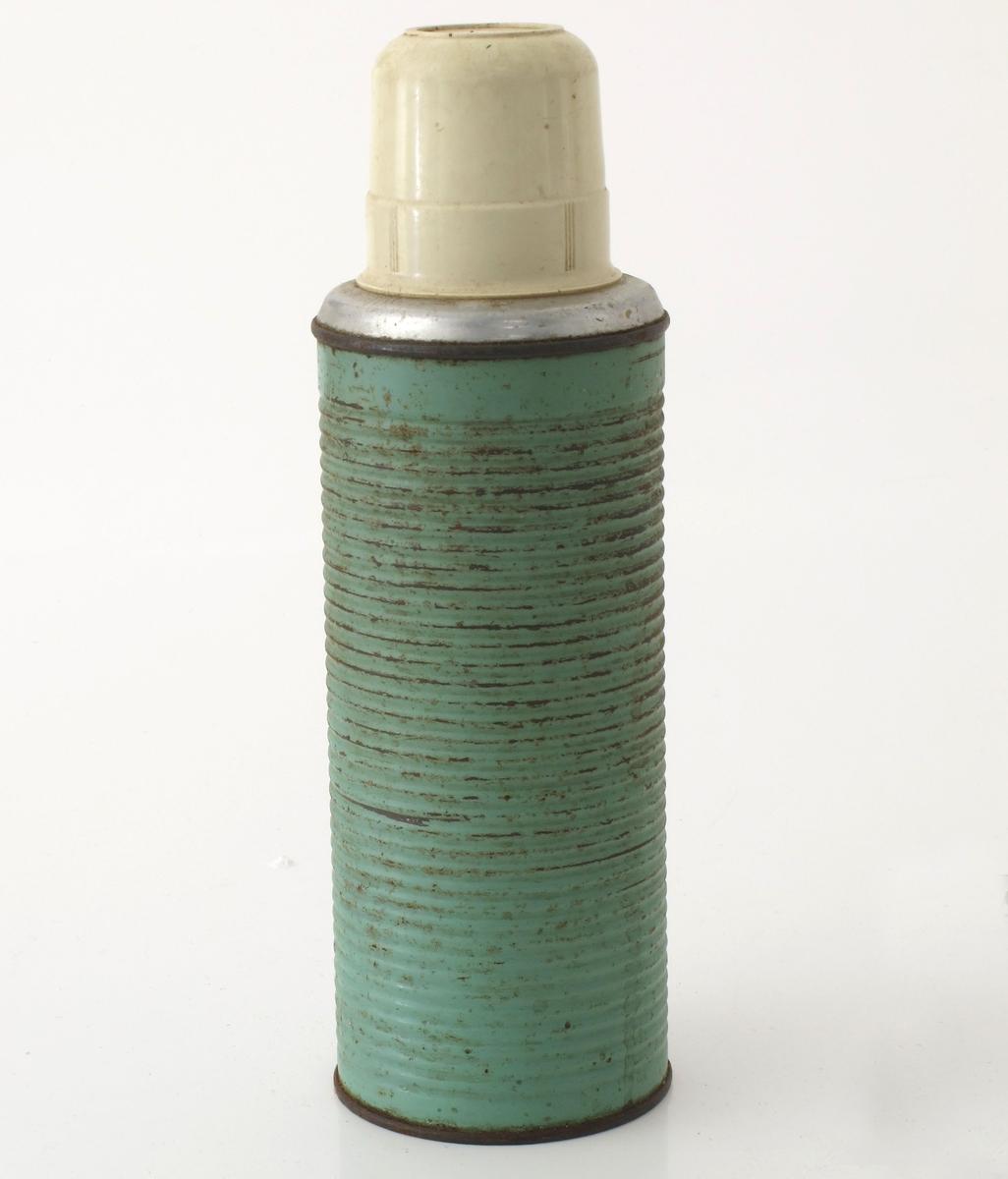 Rund riflet termos med kopp av plast påskrudd. Fabrikknavn på undersiden.