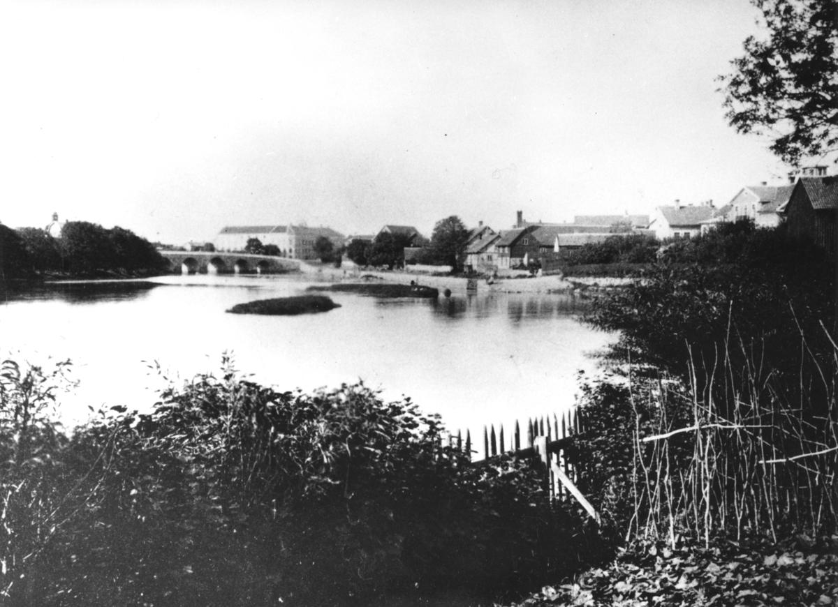 Tullbron och kv. Gästgivaregården mm. sett från Ätrans nordvästra strand. :2 delförstorning.